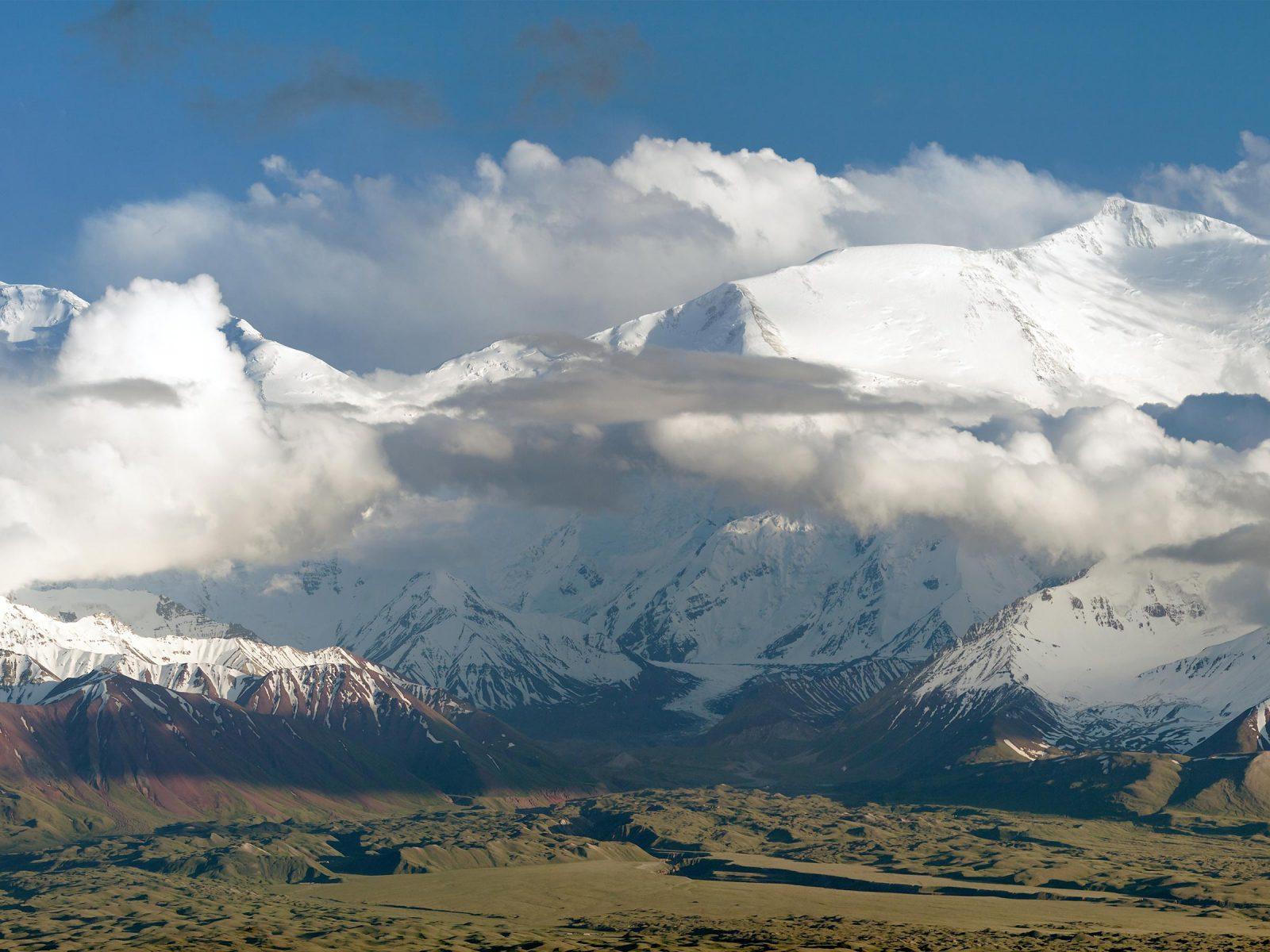 Panoramic view of Lenin Peak from Alay Range. Photograph © iStock.com/Daniel Prudek.